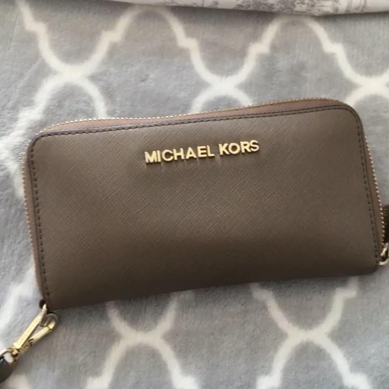 835023ad7b95 Selling my Michael Kors purse. Still in perfect condition. a - Depop